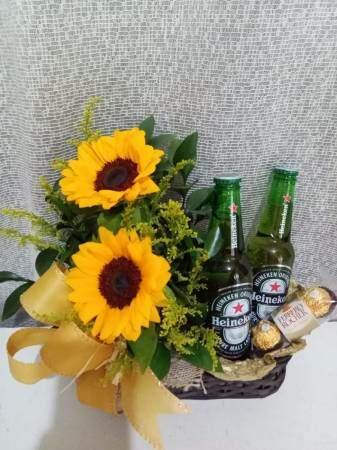 Kit Bebidas Especial com Girassóis, Cervejas e Chocolate Amarelo Kit Bebidas